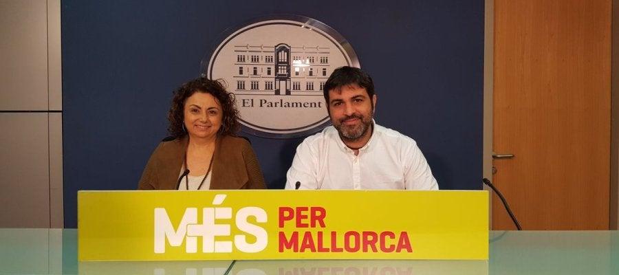 Los diputados de MÉS per Mallorca, Joana Aina Campomar y Josep Ferrà, durante la rueda de prensa de este lunes.