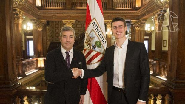Kepa, junto al presidente del Athletic de Bilbao Josu Urrutia