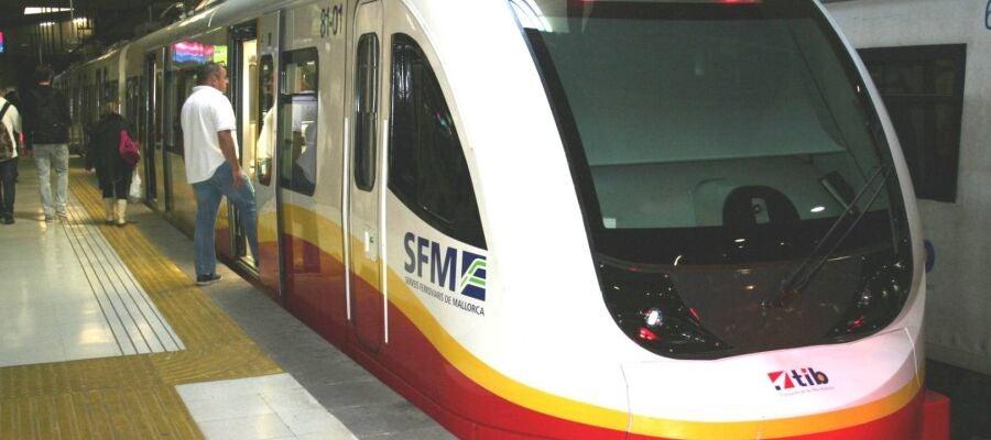 Tren de Serveis Ferroviaris de Mallorca en la Estación Intermodal de Palma