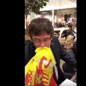 Puigdemont besa una bandera de España