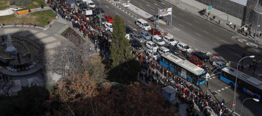 Miles de personas hacen cola en Madrid para optar a uno de los 100 puestos que ofrece un hotel