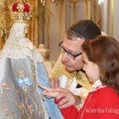 El paso por el Manto de la Virgen es una tradición que se mantiene de padres a hijos.