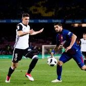 Luis Suárez y Paulista, durante el Barça-Valencia de la ida