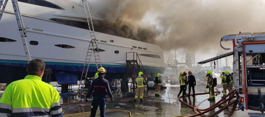 El barco afectado por las llamas