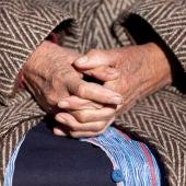Imagen de una señora con las manos cruzadas
