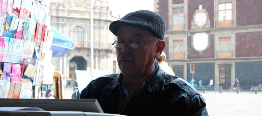 Un escribidor en la Plaza de Santo Domingo en México
