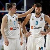 Felipe Reyes y Doncic, cabizbajos tras la derrota del Madrid