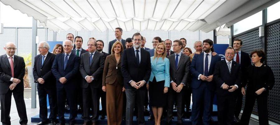 Mariano Rajoy posa con los 'barones' del PP
