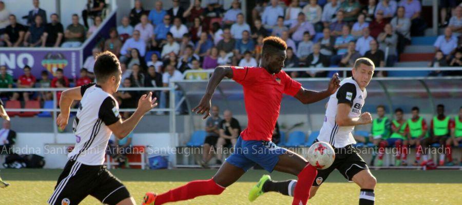 El delantero Nuha Marong corre ante la presencia del central Ivan Zotko, cuando jugaba en el Valencia Mestalla.