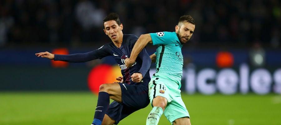 Di María y Jordi Alba pelean por el balón