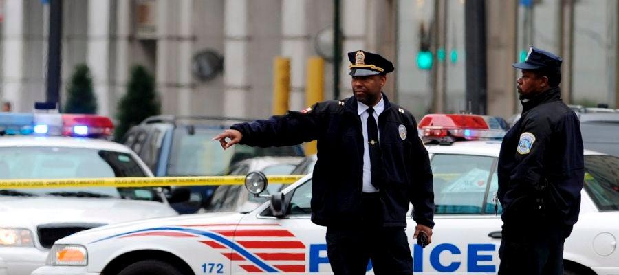 Policías en una zona acordonada
