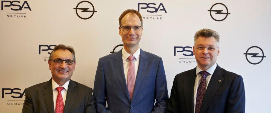El CEO de Opel, Michael Lohscheller, junto a Antonio Cobo, director general de Opel España y de la planta de Figueruelas (izquierda) y Jonathan Akeroyd, director general comercial de Opel España (derecha)