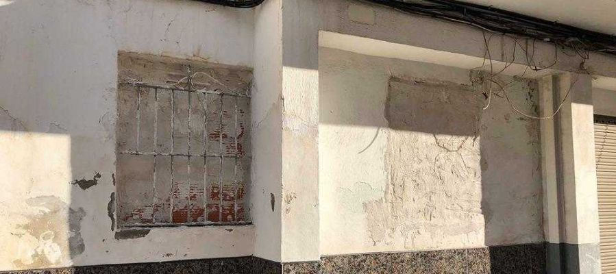 Ventanas tapiadas en un edificio del barrio de San Antón de Elche