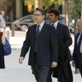 El expresidente de Afinsa Juan Antonio Cano (c) y el exconsejero Albertino de Figuereido (dcha)