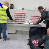 Agentes de la Guardia Civil y la Agencia Tributaria junto al tabaco incautado
