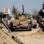 Varios vehículos blindados del Ejército sirio avanzan durante la operación militar contra la organización Jabhat al-Nusra en Guta Oriental