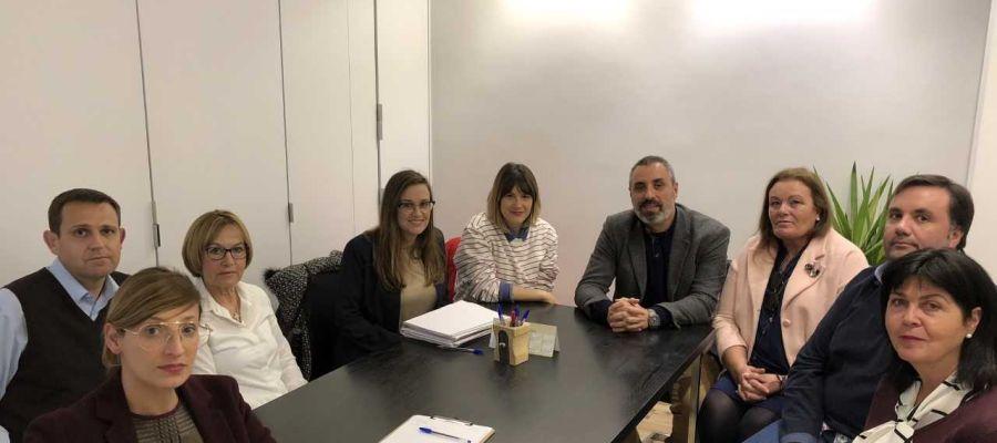 Los concejales del PP, Erica Sánchez y Vicente Granero, con representantes de la Asociación de Comerciantes del Centro de Elche