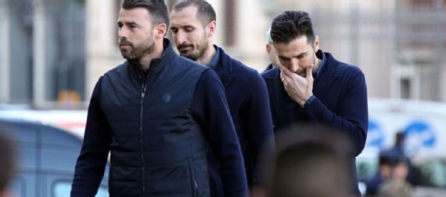 Buffon, con Chiellini y Barzagli, en el funeral de Astori.