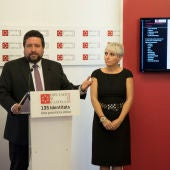 El presidente de la diputación, Javier Moliner, junto a la responsable de bienestar social, Elena Vicente-Ruiz.