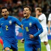 Paulinho y Alves celebran el segundo gol ante Rusia