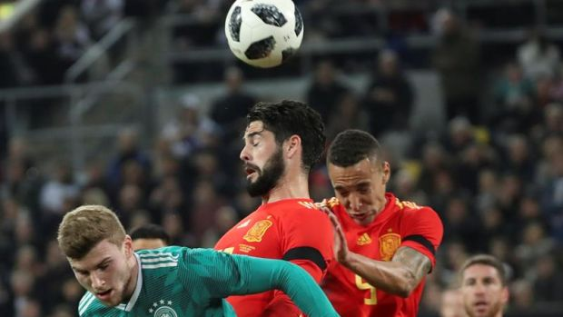 Isco intenta rematar de cabeza un balón ante Alemania.