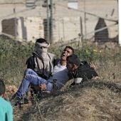 Un hombre palestino herido durante las protestas en Gaza