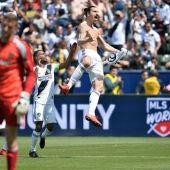 Ibrahimovic celebra un gol con los Galaxy