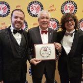 Hernán Milla, Paquito D´Rivera y Carlos Cano con el premio recibido