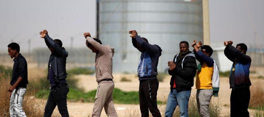 Solicitantes de asilo africanos protestan frente al centro de detención de Holot (Israel)