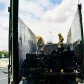 Bomberos sofocan el incendio originado en la carga del camión de reciclaje
