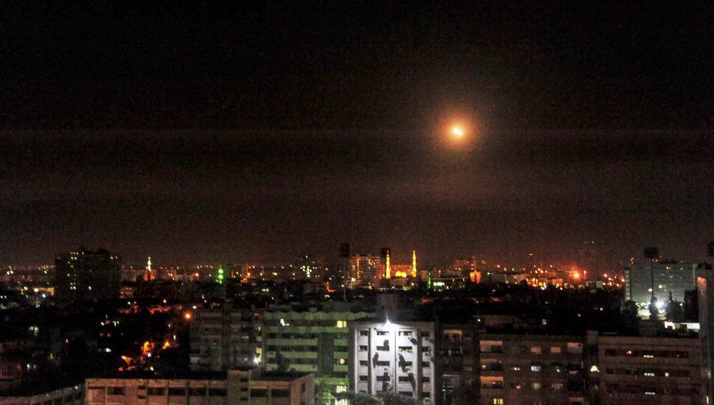 Uno de los misiles sobrevuela el cielo de Siria