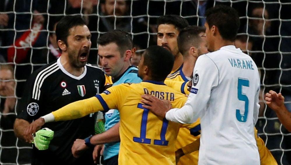 Buffon protesta ante el colegiado Michael Oliver en el Bernabéu