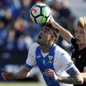 Diego Rico controla un balón ante Daniel Wass