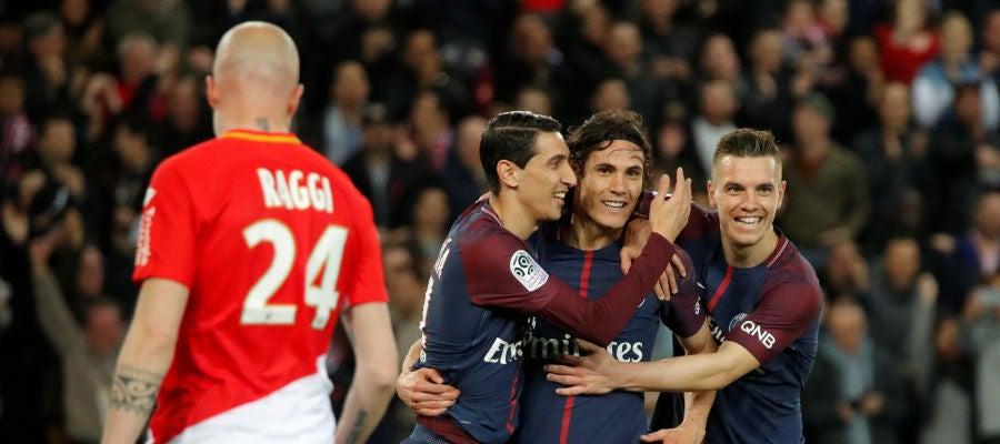 Cavani y Di Maria celebran un gol ante el Mónaco