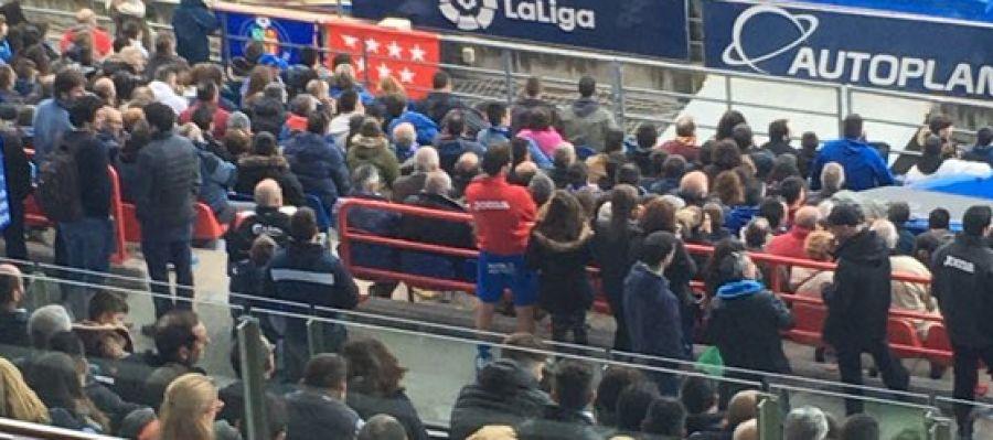 Flamini se sube al palco del Getafe a ver el partido.
