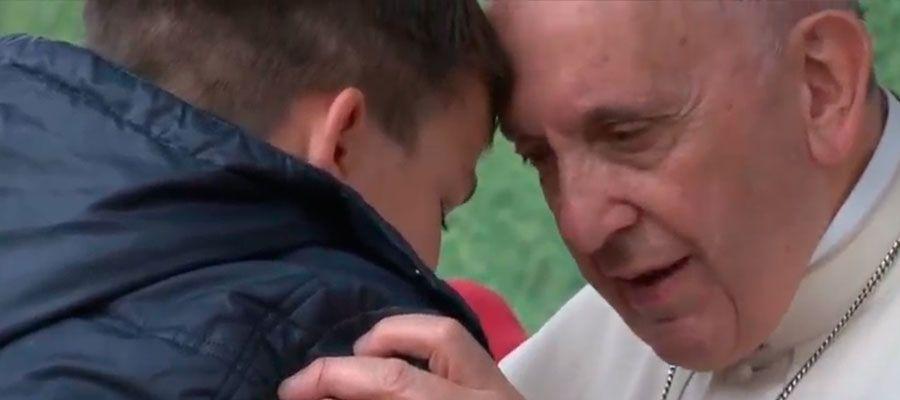 El Papa consuela a un niño