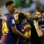 Los jugadores del Barcelona celebran el gol de Dembelé