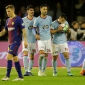 Los jugadores del Celta celebran el gol de Jonny contra el Barcelona