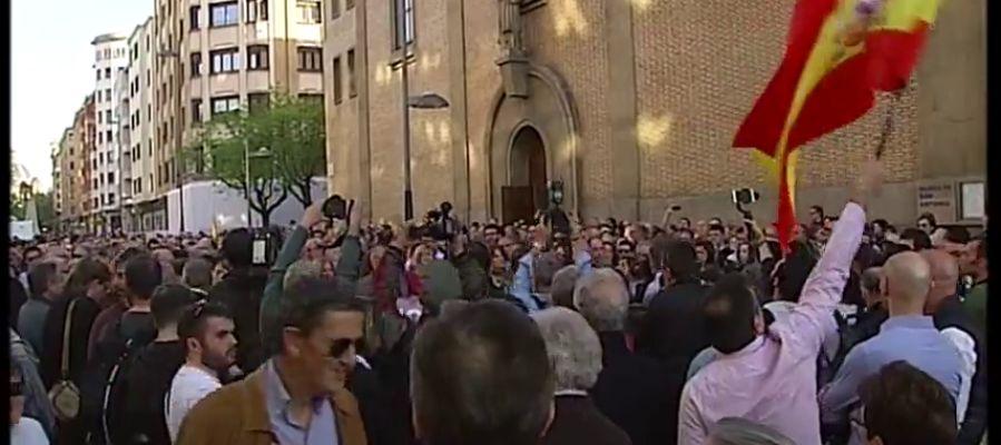 Decenas de personas se concentran en Pamplona en apoyo a los agentes y a sus parejas agredidos en Alsasua