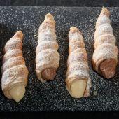 Canutillos de hojaldre rellenos de crema y chantilly de chocolate