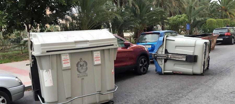 Contenedores desplazados por el viento en la Avenida Comunitat Valenciana de Elche