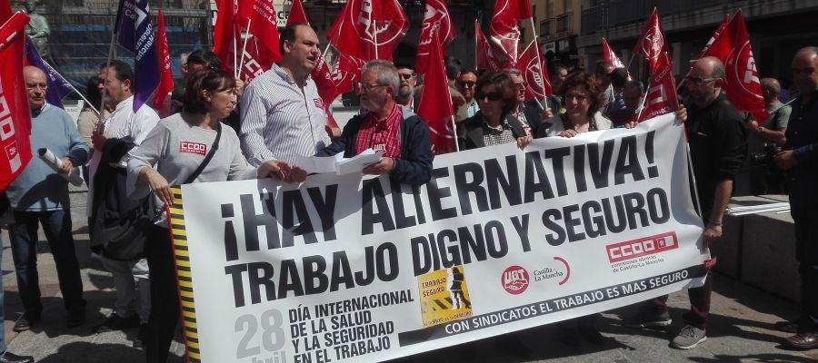 Los sindicatos se han concentrado frente a la sede de FECIR