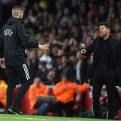 Simeone protesta la acción al árbitro