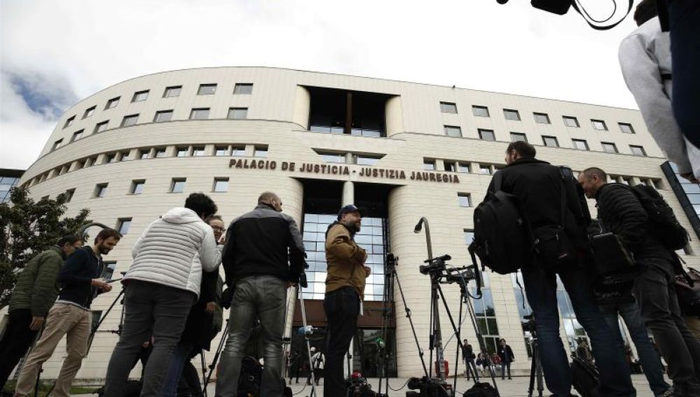 Periodistas esperan el fallo del caso de La Manada a las puertas de la Audiencia de Navarra