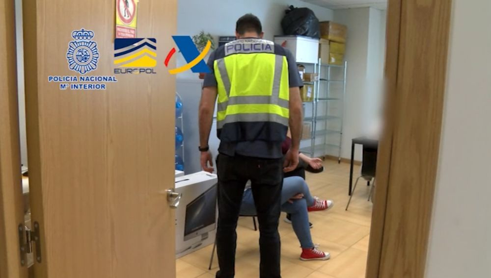 Un agente de la Policía Nacional durante la operación policial