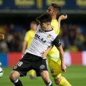 Carlos Soler y Víctor Ruiz pelean por el balón en el Villarreal - Valencia