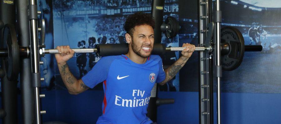 Neymar entrenando en el gimnasio