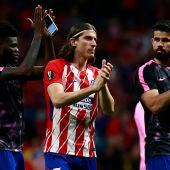 Filipe Luis aplaude a la afición del Atlético de Madrid