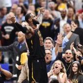LeBron James celebra con la afición de Cleveland su canasta ante Toronto