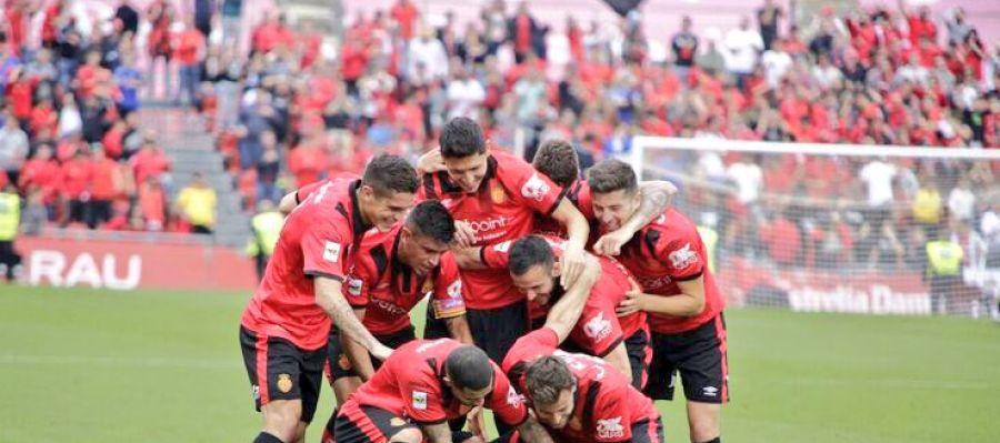 Los jugadores del RCD Mallorca celebran un gol.